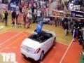 视频-飞越汽车扣篮需谨慎 若是失败很疼很尴尬