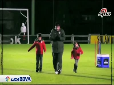 视频-贝尔萨训练场带小球迷 狂人主帅也有温柔一面