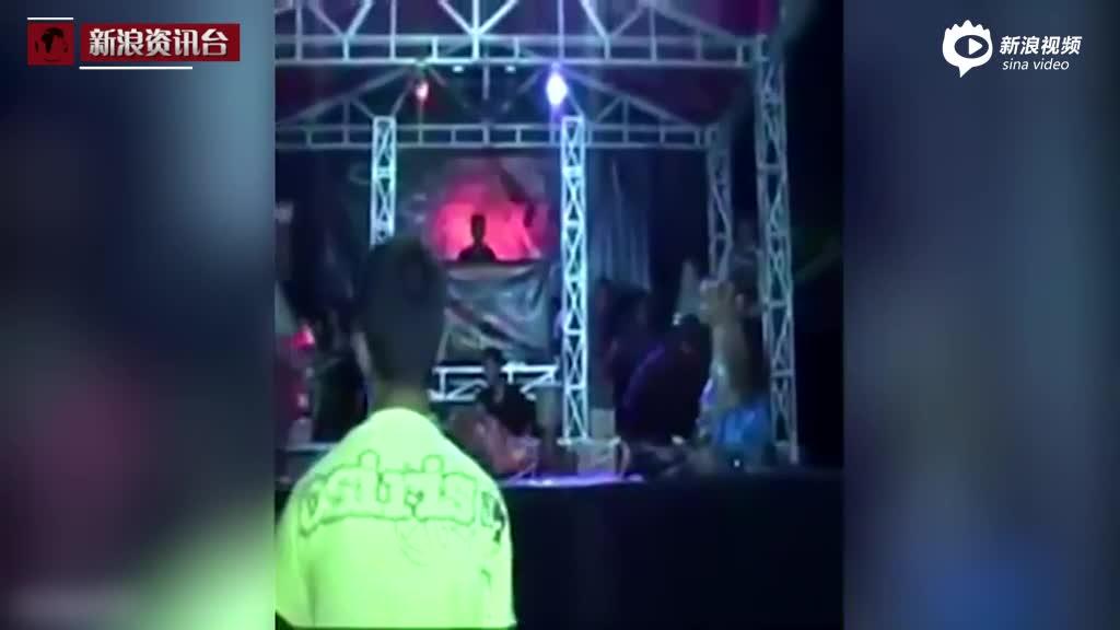 印尼女歌手被眼镜蛇咬伤后坚持演出