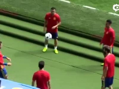 西班牙赛前颠球游戏