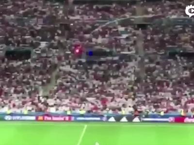 俄球迷向英看台射烟火