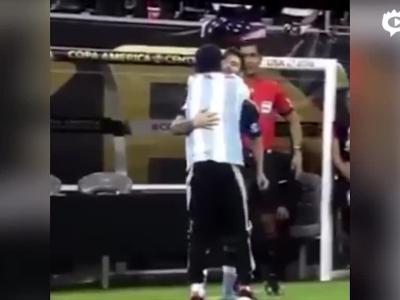 球迷进场膜拜梅西