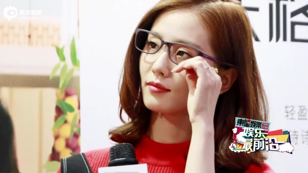 刘诗诗戴眼镜造型清新