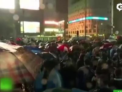 球迷冒雨集会挽留梅西