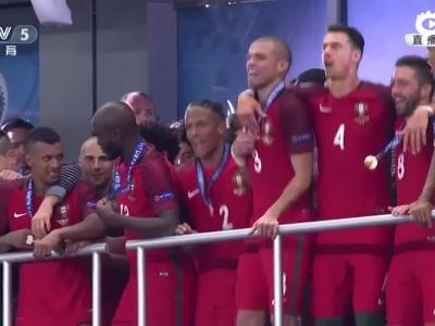 欧洲杯颁奖C罗捧杯