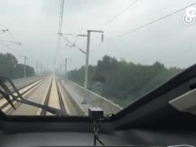 中国两动车组时速420公里交会