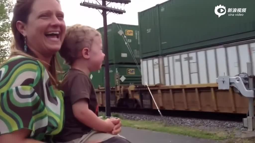 感动!火车司机与妻儿在列车经过时短暂相见