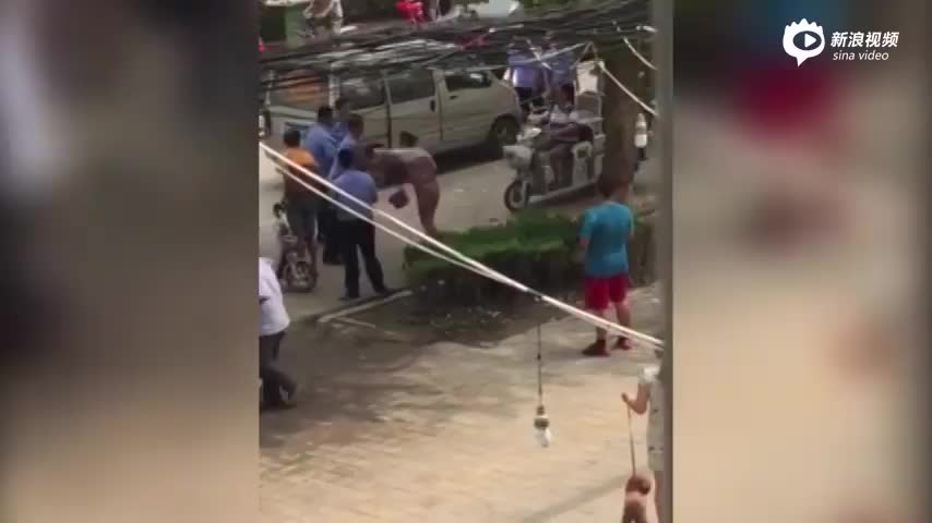 山东城管打骂占道经营女摊贩  当事人已被停职