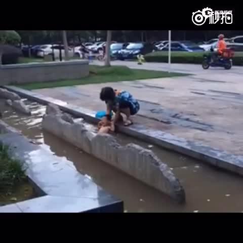 实拍奶奶将1岁男童泡进脏水 称