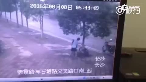 监拍男子为偷自行车锯树 得手后放摩托车运走