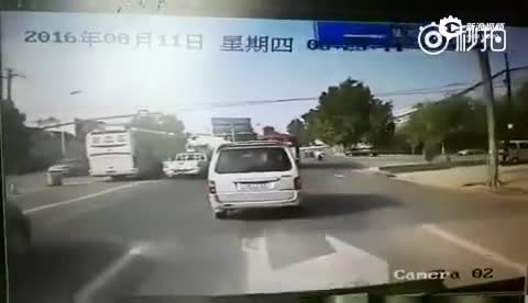 现场:淄博货车路口连撞多车 已致10死20伤