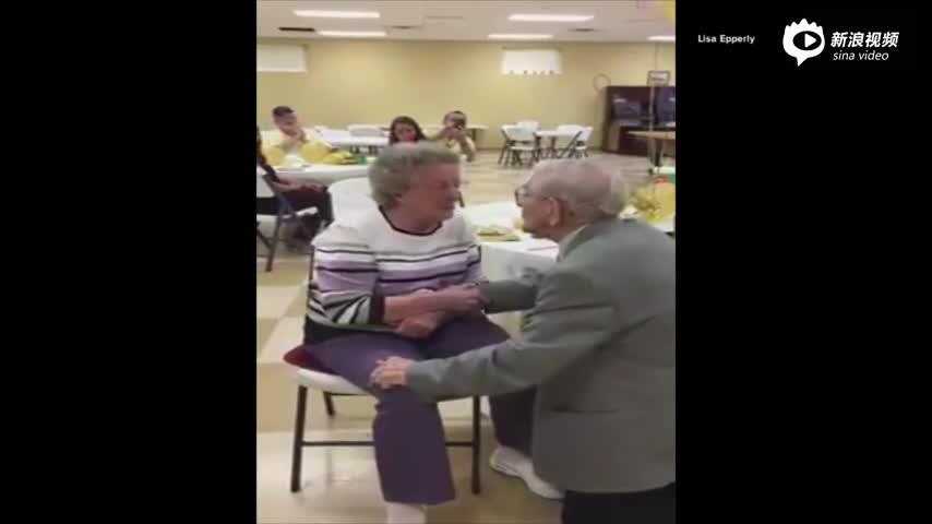 92岁老爷爷为其妻唱小夜曲 画面感人