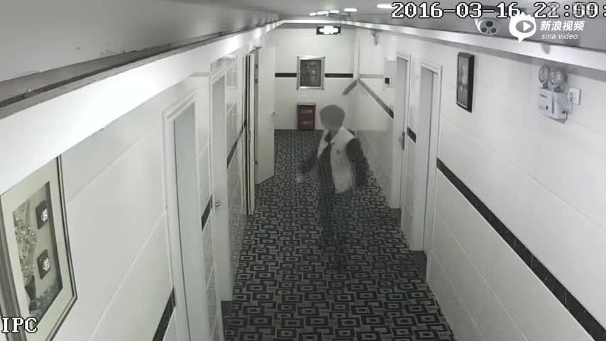 监拍湖北女子酒后与民警开房 坠楼多处骨折