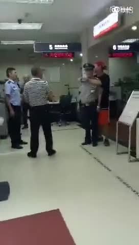 实拍男子银行持刀劫持保安 下一秒便衣夺刀救人