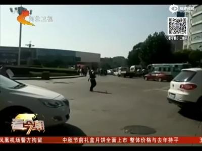 《看今朝》江西:男子当街砍人后逃跑  警方果断开枪制服