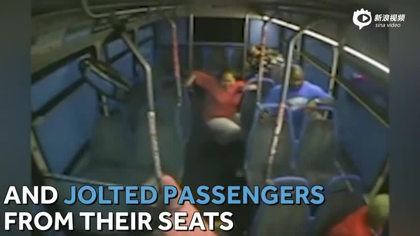 监拍轿车闯红灯后撞向公交 司机下车逃离现场