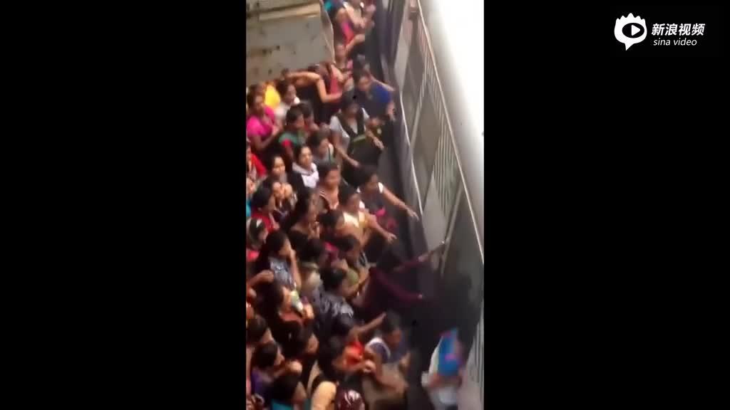 实拍印度女人挤火车场景 火车没停稳就往上冲