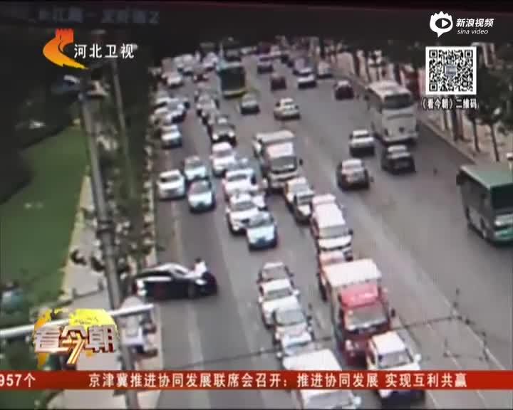 监控:司机开奔驰顶着保安狂奔300米