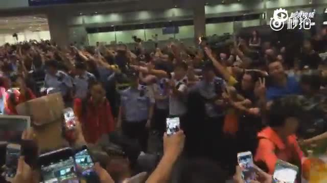 中国女排归来 粉丝包围首都机场