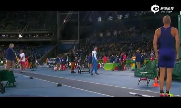 美国撑杆跳运动员听见国歌 停止动作立正