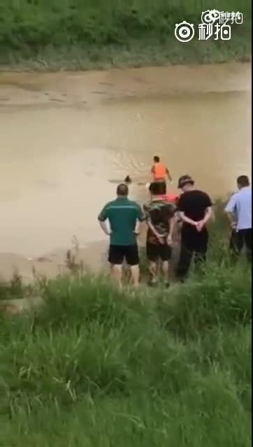 警方通报打捞时浮尸突坐起:男子自称在捉鱼