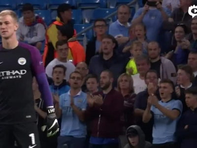 球迷起立鼓掌致敬哈特