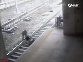 实拍美国男子卧轨自杀 警察最后一刻将其拉出
