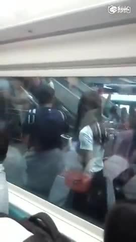 2男子疑因上下车产生纠纷 地铁内大大打出手