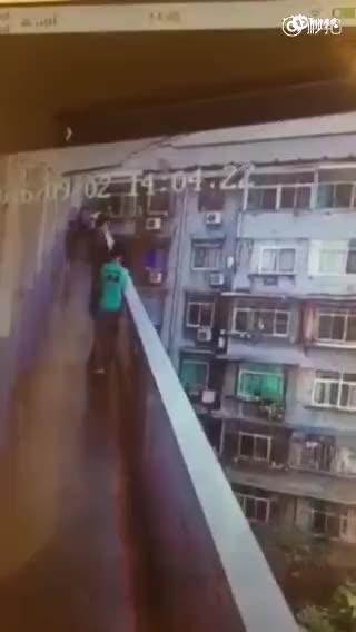 监控:2名女生楼道上扭打 白衣女生突然离奇坠楼