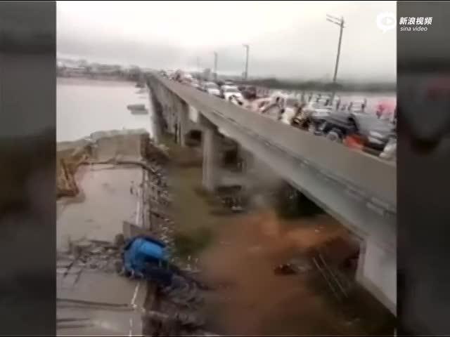 实拍:江西省泰和一桥梁坍塌瞬间 现场有车辆被压