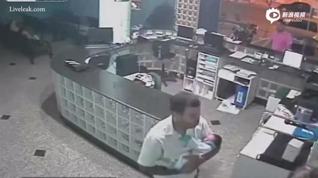 眼疾手快!监拍巴西男子救下跌落柜台新生儿