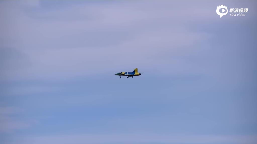 实拍德国模型战机空中表演 突然解体成碎片