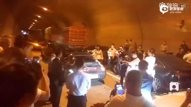 现场:新人结婚被堵高速 直接在隧道办婚礼