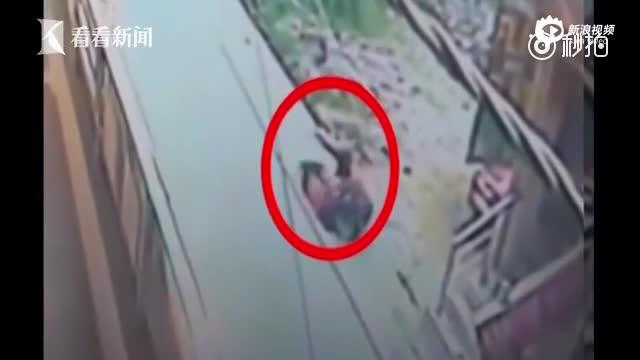 印度女教师当街被捅20多刀惨死 路人冷漠无视