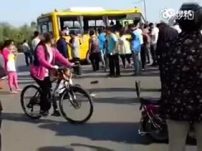 河南一幼儿园校车与货车相撞