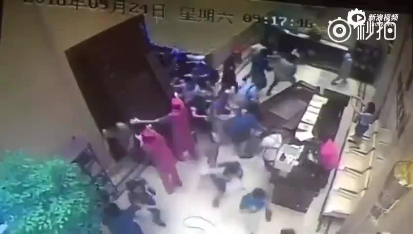 监控:杭州一楼盘开盘 抢房者蜂拥进场将门撞掉