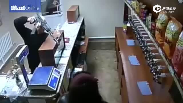 俄劫匪持AK-47抢劫 售货大妈毫不畏惧欲徒手夺