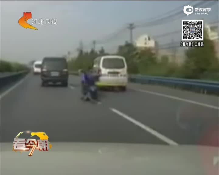 实拍面包车故意刮翻摩托车 车手倒地险遭撞