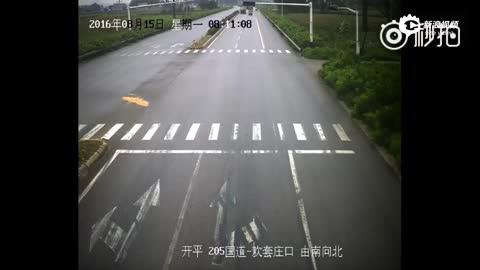 监控:司机未系安全带 追尾时头被撞出挡风玻璃