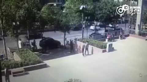 监拍北京北苑家园多车相撞 肇事车撞上等灯车辆