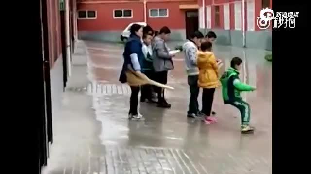 女老师让未完成作业学生雨天排队 并挨个踹屁股
