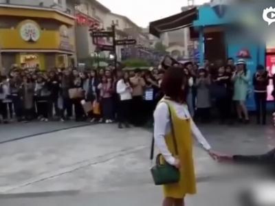 男子拿花圈当众求婚 女孩儿果断甩脸走人
