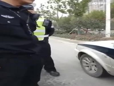 河南两名交警抢开罚单起争论