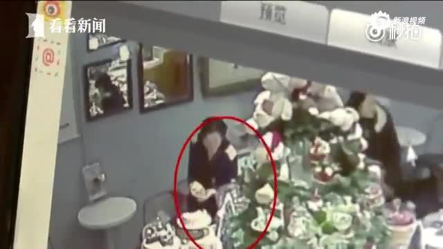 监控:女子偷蛋糕后还问店员保质期