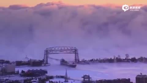壮观!美国港口突现浓雾 吞噬过往油轮