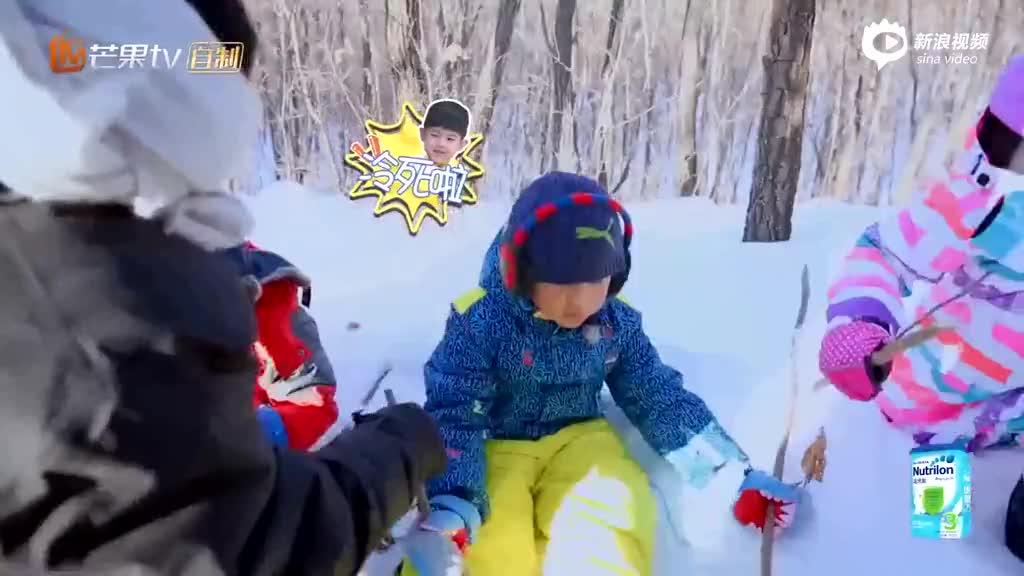 视频:超暖!《爸爸4》成龙帮安吉捂手 为庆庆舔伤口