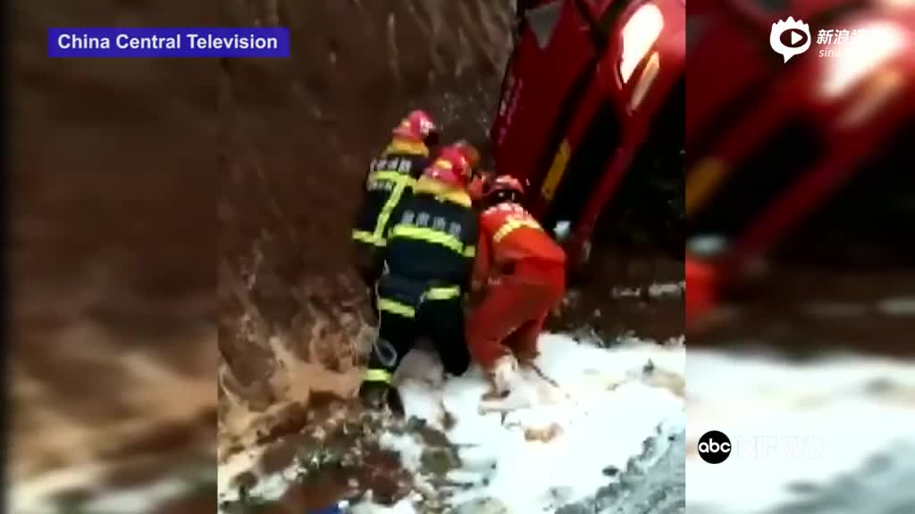 货车满载烟花侧翻爆炸 消防员惊险救出司机