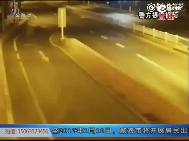 监控:轿车超速失控撞路牙 连撞3车后腾空翻转