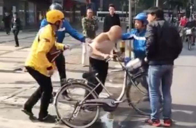 实拍:老人偷外卖 遭3外卖小哥蹲守围殴