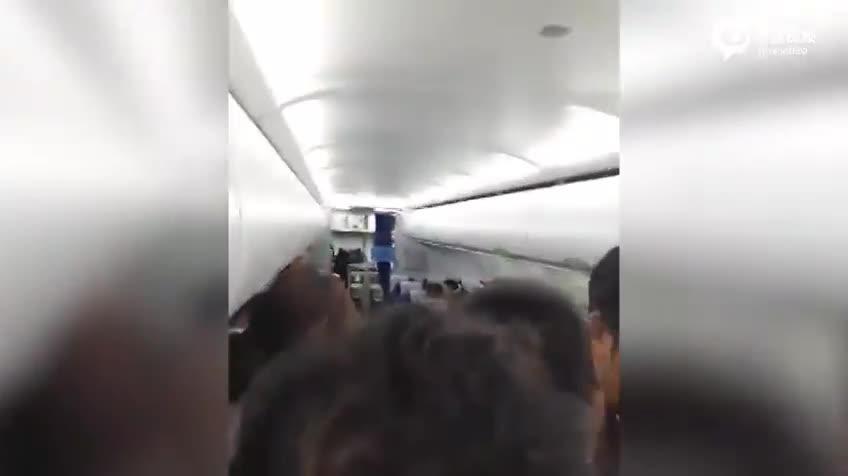 实拍:飞机起飞前两人醉酒呕吐 航班延误两小时